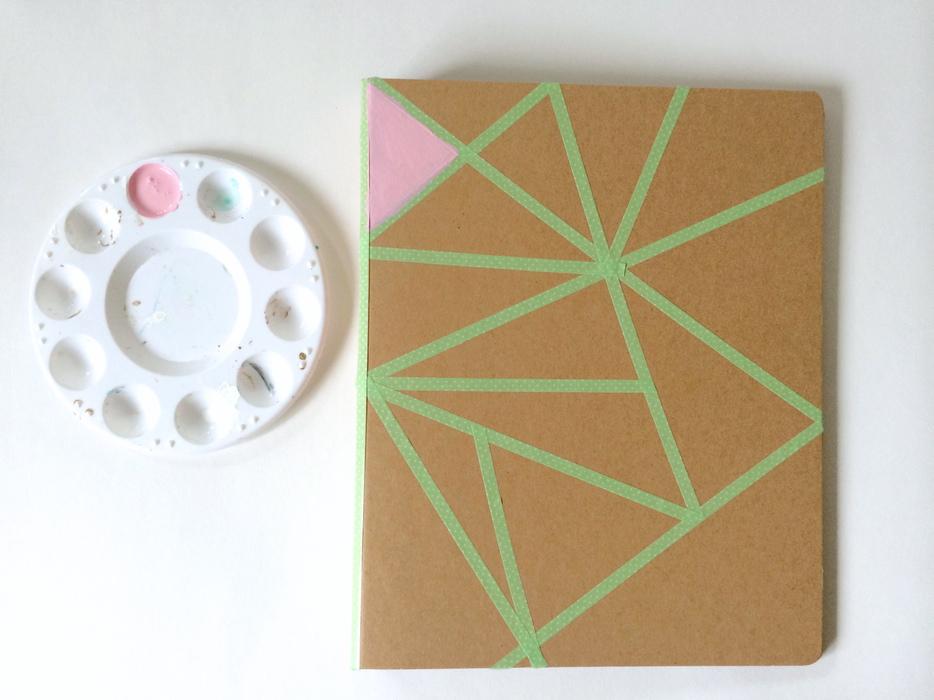 Libreta decorada con pintura y diseño geométrico