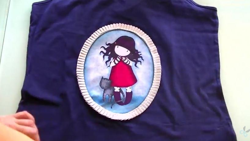 Camiseta personalizada con cinta plisada y tela Gorjuss