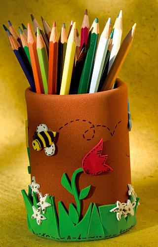 Lata de flores y abeja hecha con goma Eva