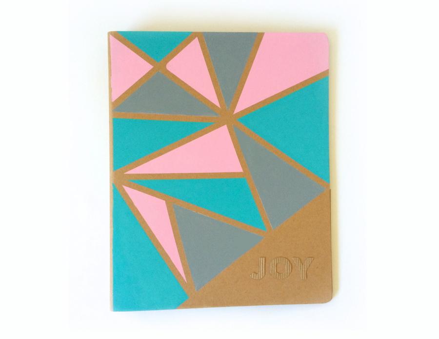 Libreta decorada con pintura y un diseño geométrico