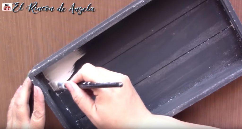 Cómo decorar una bandeja de madera con decoupage, decapado y transferencia